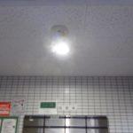 正面玄関の照明をLEDに交換しました。
