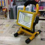 「持ち運び便利」「暗がりの作業に」充電式LED投光器